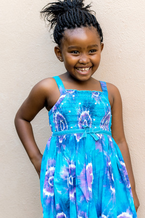 niños negros: Cierre de la instantánea franca de risa niña africana delante de la pared al aire libre. Foto de archivo