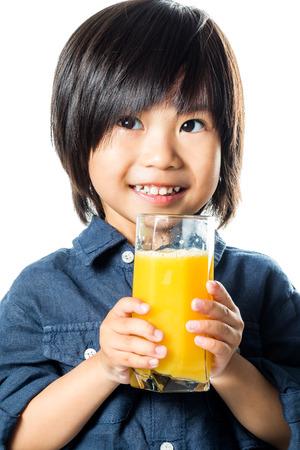 vaso de jugo: Cerrar un retrato de la celebración de vidrio pequeño muchacho asiático de naranja natural juice.Isolated sobre fondo blanco.