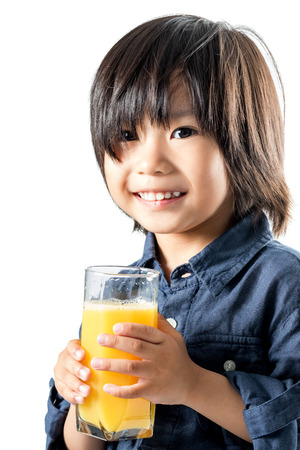 vaso de jugo: De cerca la cara del tiro de la celebración de vidrio Asia niño con naranja juice.Isolated sobre fondo blanco. Foto de archivo