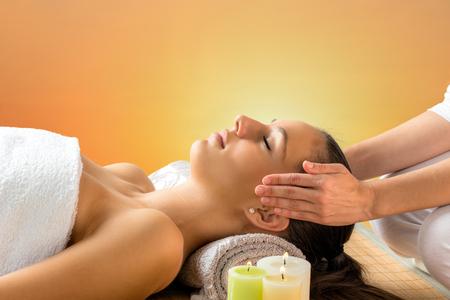 Close-up portret van aantrekkelijke vrouw met een alternatieve therapie. Therapeut hand in hand naast het hoofd van Womans.