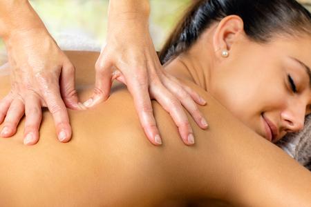 mujeres de espalda: De cerca los detalles de masaje de las manos femeninas del hombro y la espalda.
