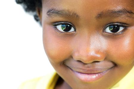 극단적 인 흰색 배경에 고립 된 아름 다운 작은 아프리카 여자의 얼굴에 총을 닫습니다.