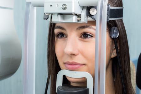 cephalometric 파노라마 엑스레이 기계에 배치하는 머리 소녀의 얼굴 샷을 닫습니다. 스톡 콘텐츠