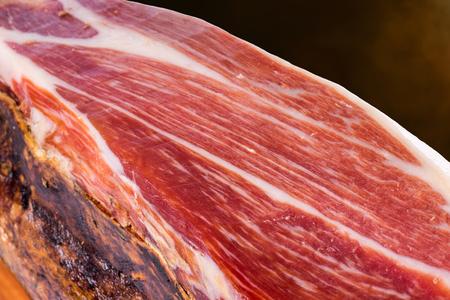 Macro close-up van gehard Spaanse Iberische Bellota varkensham. Stockfoto