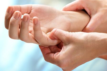 Makro z bliska kinezjologa manipulacji wrażliwym obszarem kobiecej dłoni. Zdjęcie Seryjne