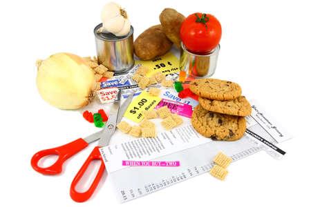 Coupon winkelen Coupons en geassorteerde Grocery Items op wit Stockfoto