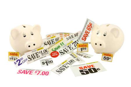 Twee Piggy Banks met geld besparen kortingsbonnen en aanbiedingen