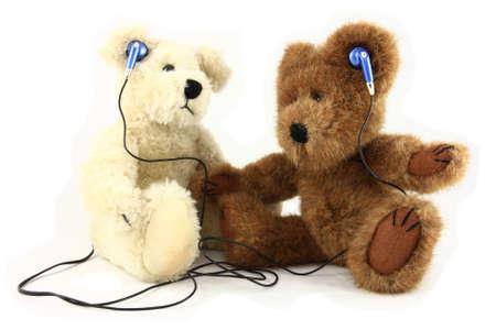 teddy bears: Dos osos de peluche compartir m�sica con auriculares Foto de archivo