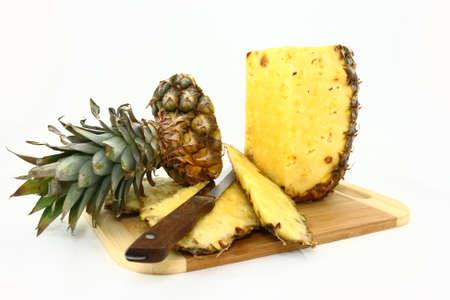 Verse Ananas wordt gesneden op een houten plank