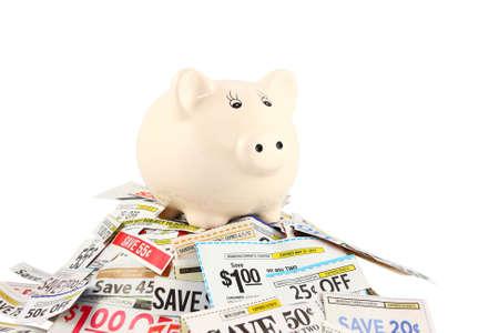 Een keramische spaarpot staan op de top van een stapel van coupons.
