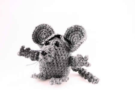 Een handgemaakte speelgoed muis gehaakt van grijs garen Stockfoto
