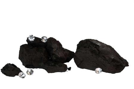 Brokken van kolen en diamanten op een witte