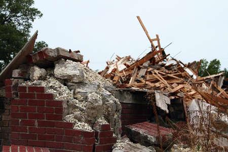 Afbrokkelende beton en Falling Down bakstenen met puin Stockfoto