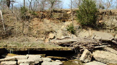 Lagen van kalksteen Langs Een Step River Bank Stockfoto