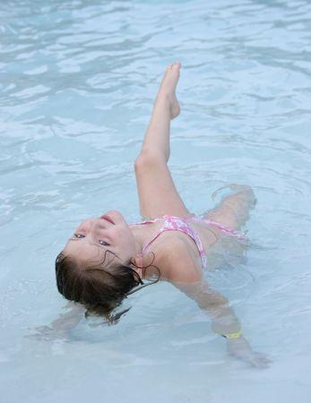 personas banandose: El ejercicio en piscina
