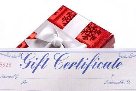 geschenkgutschein: Geschenke mit B�gen mit einem Geschenkbescheinigung �berschu�wei�hintergrund Lizenzfreie Bilder