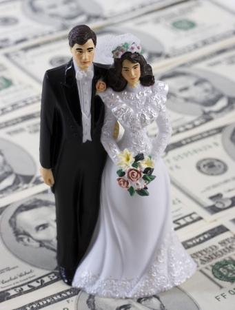 Een bruid en bruidegom op een geld achtergrond