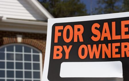 Home for sale - a sign in front of a brick house Banco de Imagens