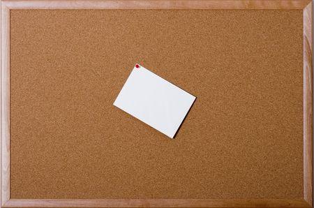 comunicaci�n escrita: Un tabl�n de anuncios del corcho con la tarjeta en blanco grande para su mensaje y sitio para su propia copia y fotos o ilustraciones