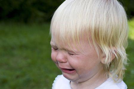 disdain: Pelo rubio ni�o ni�a llorando con l�grimas corriendo cara abajo  Foto de archivo