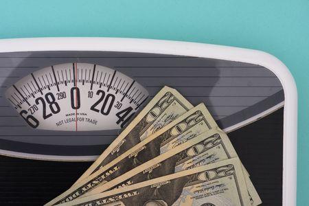 gewicht skala: American zwanzig Dollar-Scheine auf Waage