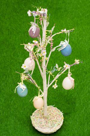 easter tree: Pasen boom met kleur eieren opknoping van bijkantoren