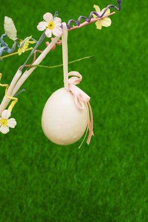 easter tree: Pasen boom met eieren met gras voor kopij ruimte