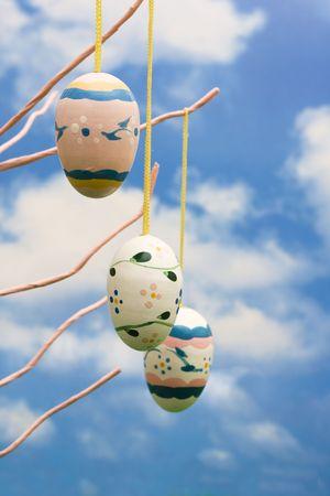 easter tree: Paas structuur met eieren met de achtergrond van de hemel Stockfoto