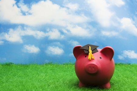 Spaar varken met afstuderen cap met hemel achtergrond