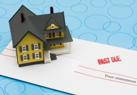 青色の背景、黄色い家に座っている過去適当な請求書と黄色モデルハウス