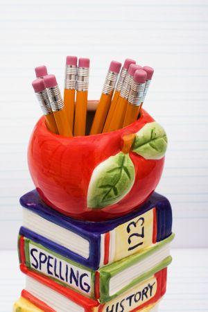 loose leaf: Una pila de libros con una manzana sentado en la parte superior en una hoja suelta de fondo, d�as de escuela