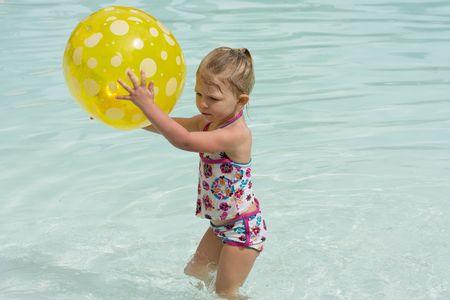 귀여운 유아 소녀 수영장에서 수영, 유아 소녀 수영 스톡 콘텐츠