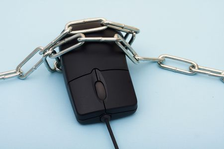 A computer mouse with a metal chain sitting on a blue background, online purchase Banco de Imagens