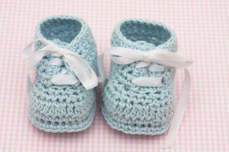 Zapatitos de bebé azul sobre un fondo rosa, zapatitos de bebé Foto de archivo - 5112651