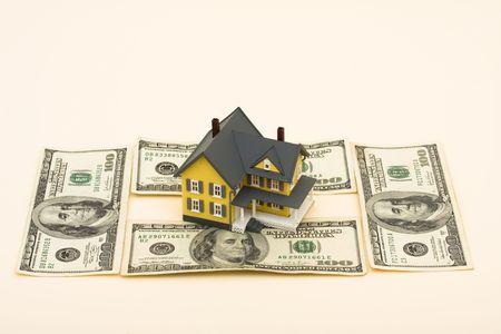 dollar bills: Un modello di casa, con centinaia di banconote da un dollaro su sfondo beige, i costi di essere proprietario di una casa