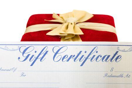 dar un regalo: Un regalo de Navidad rojo con una cinta de oro y un certificado de regalo aislado en un fondo blanco, alegre