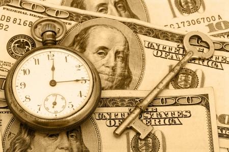 gestion del tiempo: Un bolsillo ver sesi�n con una clave de antig�edad en cien d�lar bill fondo, gesti�n del tiempo  Foto de archivo