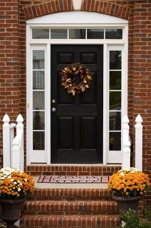 welcome door: Una porta in una casa con una corona di fiori raccolto su di esso, benvenuti a casa Archivio Fotografico
