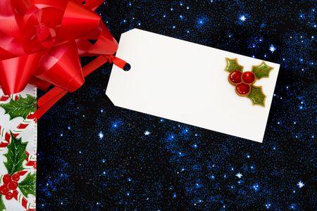 Une bordure de tiges de bonbons et de houx berries avec feuilles sur un fond bleu, frontière de Noël Banque d'images - 5709494