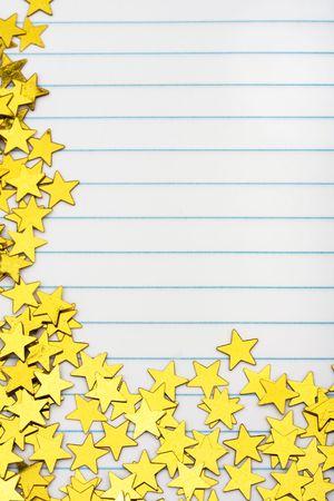 loose leaf: Estrellas doradas, haciendo un borde en una frontera de estrellas de fondo, oro de papel rayado