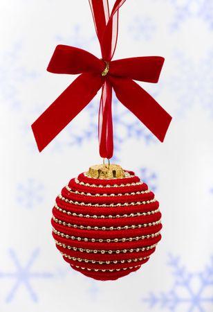 クリスマス ボール、スノーフレーク背景に木からぶら下がってクリスマス ボール