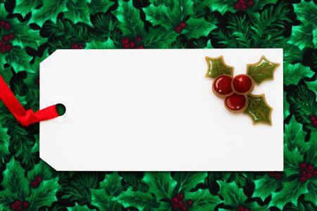 Una etiqueta de regalo en blanco sentado en un presente envuelto, regalo de Navidad Foto de archivo