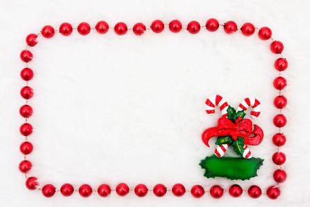 Een riet van het suikergoed met een beaded rand op een witte achtergrond
