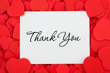 merci: Une carte Merci sur fond rouge de c?ur, je vous remercie Banque d'images