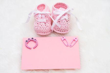 zapatos de seguridad: Patucos de beb� con una tarjeta en blanco sentado sobre un fondo blanco, anuncio de Baby  Foto de archivo