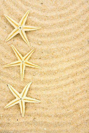 Een zeester op zand met vele lijnen getrokken in het, beach achtergrond