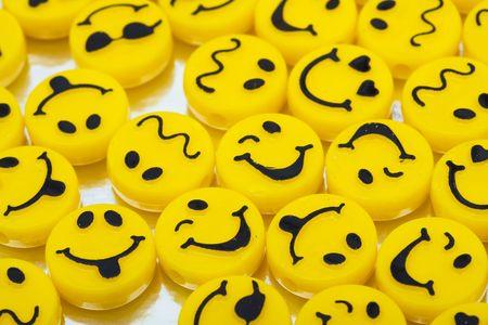 cara sonriente: Lotes de caras sonrientes amarillo sobre fondo brillante, d�as felices