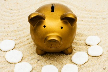 Veel van zand dollar zitten met een gouden spaar varken in het zand, opslaan voor uw vakantie