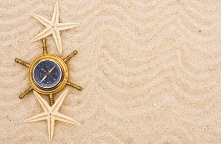 Een kompas zittend op een zand achtergrond, het vinden van uw reisbestemming Stockfoto - 6604249