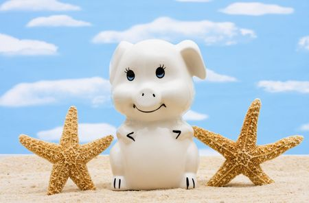A piggy bank with starfish on a sky background, Saving for a Vacation  Banque d'images